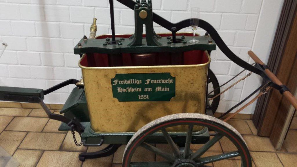 Historische Pumpe im Hochheimer Feuerwehrgerätehaus