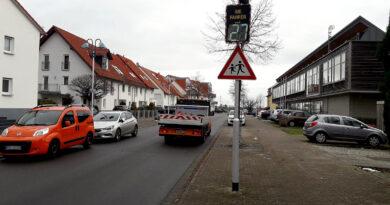 Geschwindigkeitsanzeige vor der Paul-Maar-Schule