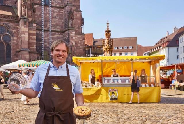 """Hochheimer Dienstag-Wochenmärkte wachsen um Stefans Käsekuchen aus Freiburg und """"Brot für Massenheim"""""""